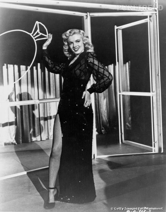 Marilyn porte la robe fendue comme personne, exposant ses divines jambes aux yeux de tous.