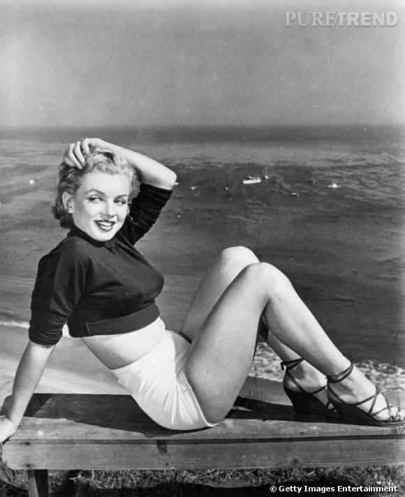 Mini pull et short taille haute : un ensemble qui fait fureur dans les années 50 grâce au phénomène Monroe.