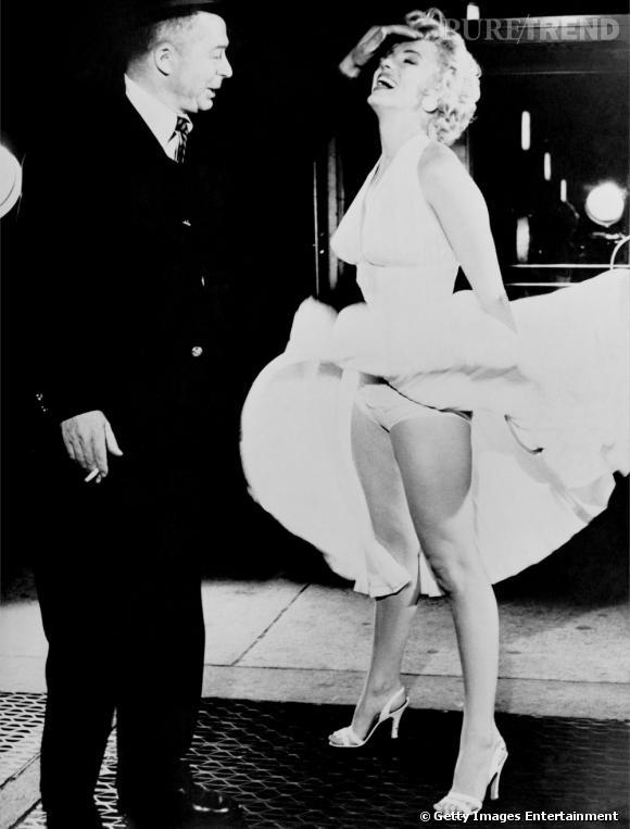 """La scène de film la plus connue du monde entier : celle de """"Sept ans de réflexion"""" où la belle fait voler sa robe au-dessus d'une simple bouche d'égout. À noter que le vêtement s'est vendu à plus de 2 millions de dollars lors d'une vente aux enchères."""