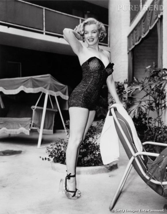Fière de ses courbes, la jolie blonde n'hésite pas à les valoriser dans des mini bustiers.