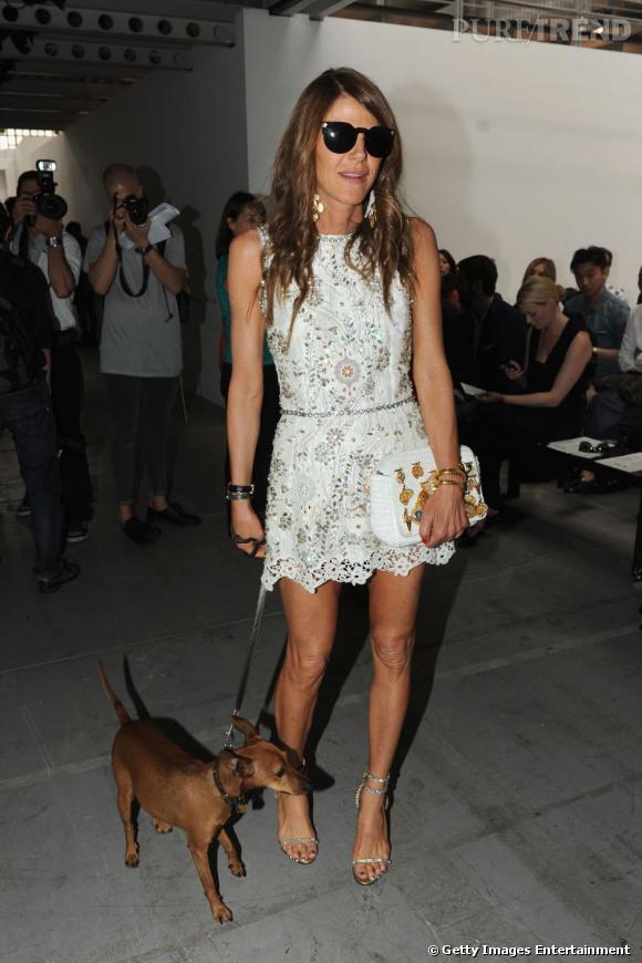 Anna adopte elle aussi la tendance dentelle blanche avec une robe Dolce & Gabbana printemps-été 2011.