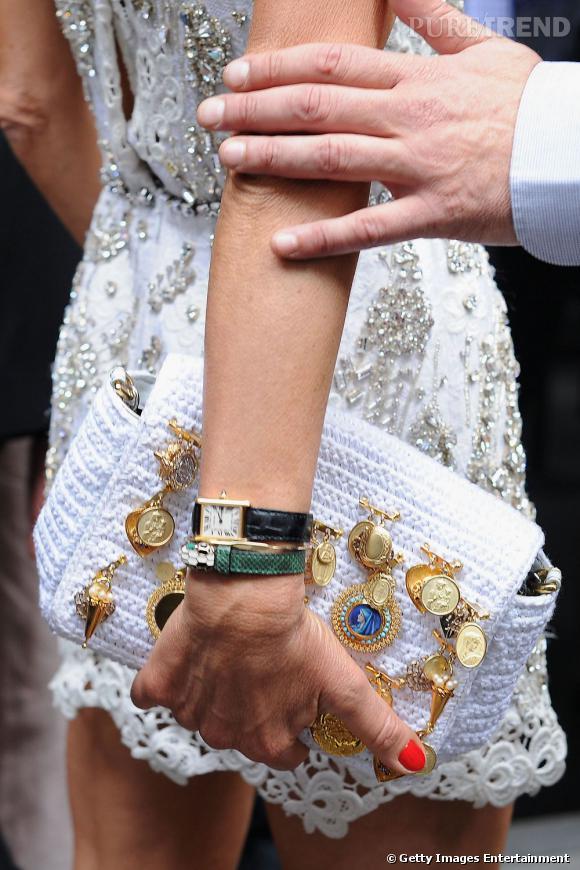 La pochette en crochet ornée de médailles signée Dolce & Gabbana printemps-été 2011.