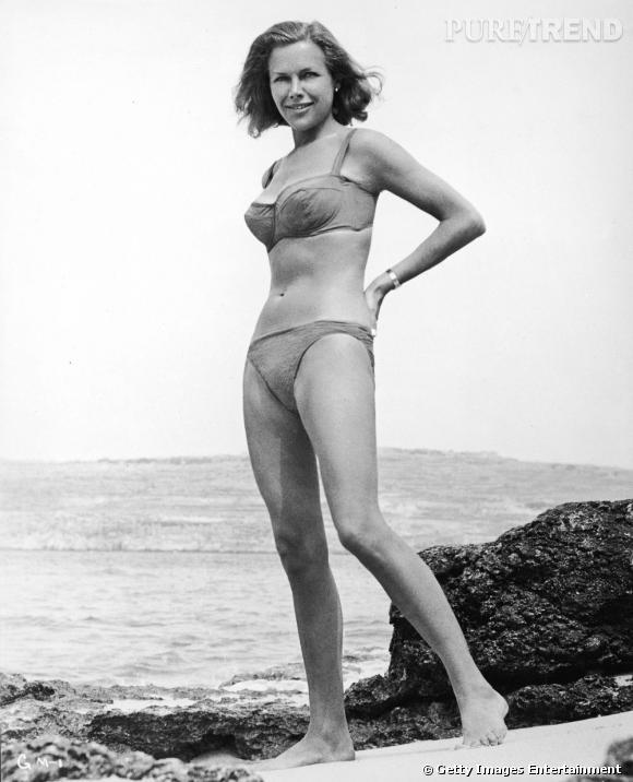 """Honor Blackman, 1964, opte pour un bikini sobre dans """"Goldfinger""""."""