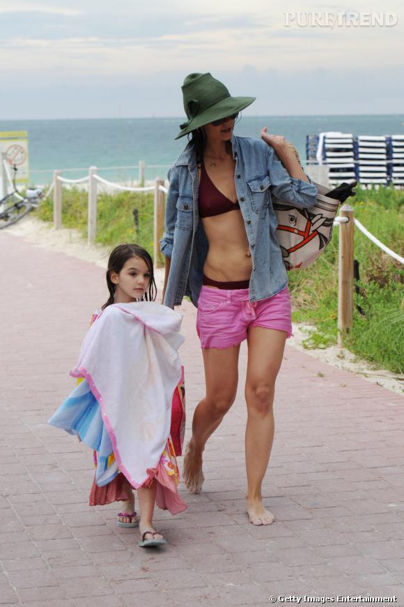 Katie Holmes opte pour un bikini sportswear sous sa chemise en jean et short Isabel Marant.