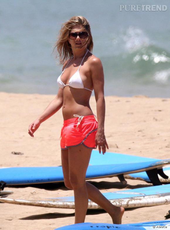 Jennifer Aniston, un peu pudique mais carrément surfeuse en bikini.