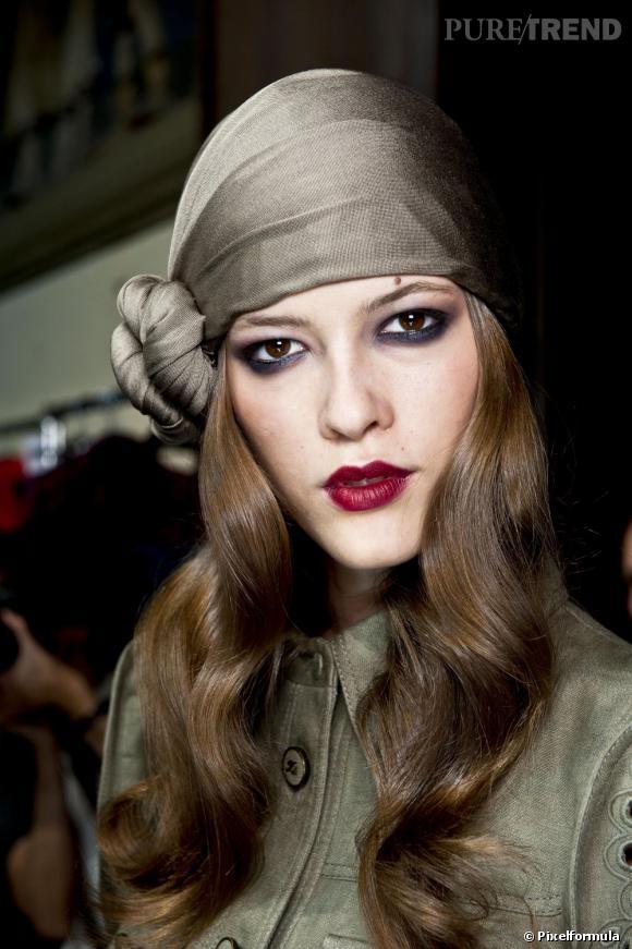 8 façons de porter le foulard Une version boho chic, le foulard s attache 1e61cc204de