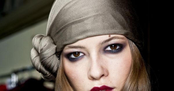 562991 8 facons de porter le foulard une 600x315 - Differentes facons de porter un foulard ...