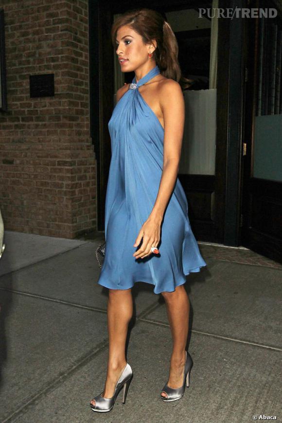 Célèbre L'actrice porte une robe en soie bleue, courte et légère. Une  UC94