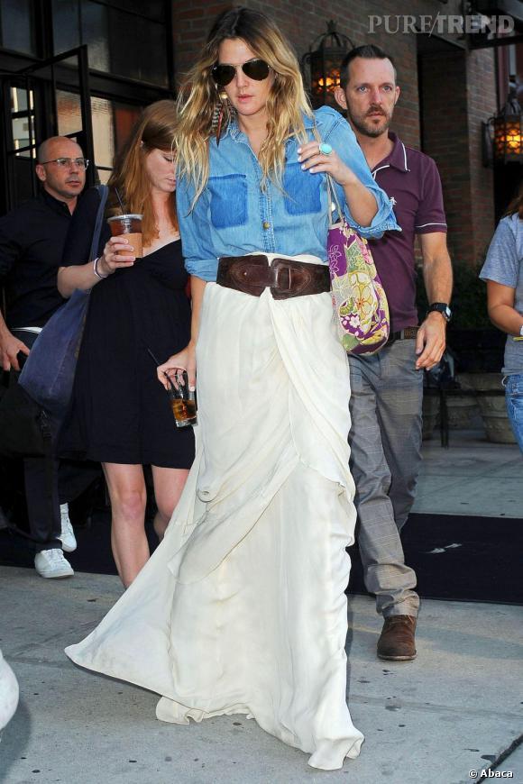 Drew Barrymore ose la jupe longue... blanche.