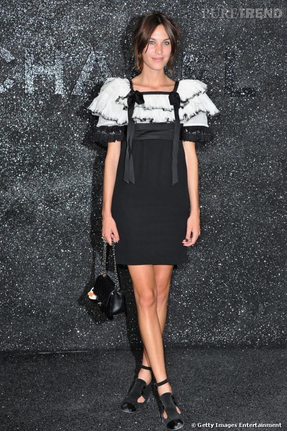 Alexa Chung valorise ses épaules au défilé Chanel HC automne/hiver 2011-2012.