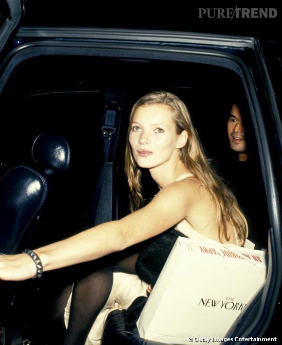 Kate Moss est repérée en 1988. En 1993, elle est déjà de toutes les soirées après avoir révolutionné le monde de la mode avec son look de femme enfant.