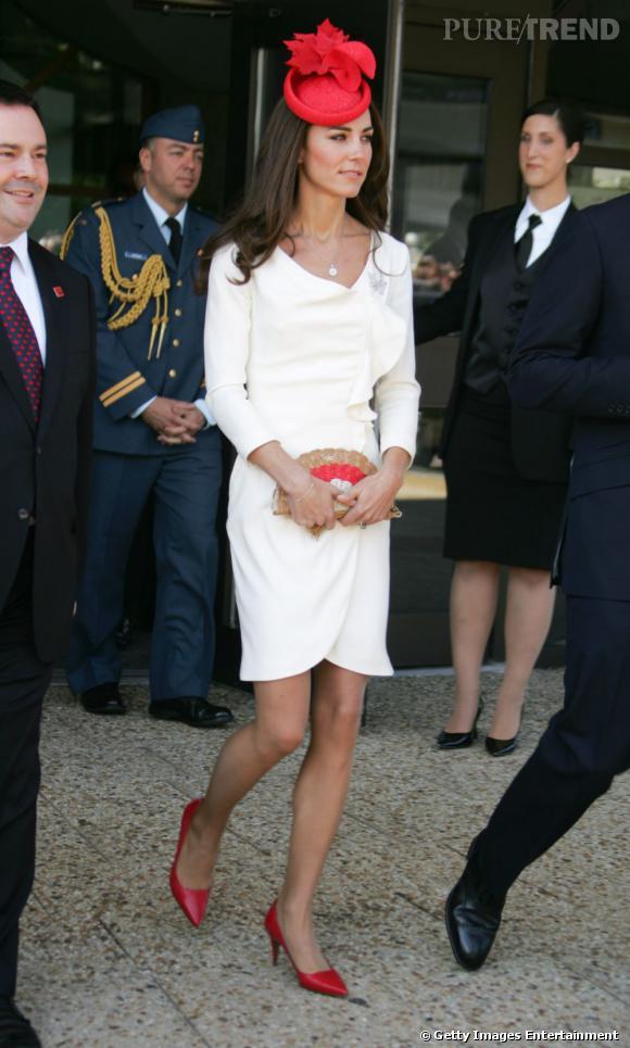 Kate Middleton version First Lady en robe blanche signée Reiss, bibi rouge Lock and Co, escarpins rouges Hobbs et une pochette éventail Anya Hindmarch, le tout aux couleurs du Canada.