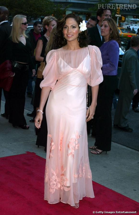 """La pire """" robe romantique """" :   Jennifer s'est trompée, ce n'est pas le bal de promo mais bien une avant-première. Trop d'organza, trop de rose tue le look."""