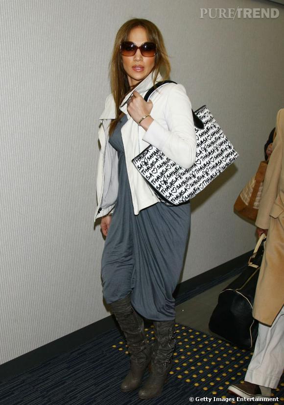 """Le pire """" look de rue """" :   sac affreux, robe informe, bottes hautes et fines... C'est ce qu'on appelle un flop."""