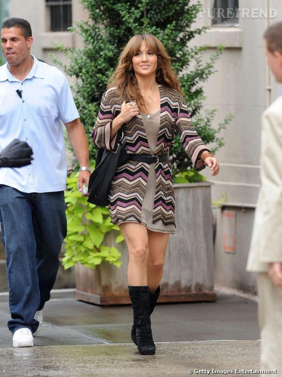 """le meilleur """" look de rue """" :   une petite robe légère, un long cardigan coloré et il n'en faut pas plus pour faire de Jennifer Lopez une jolie diva."""