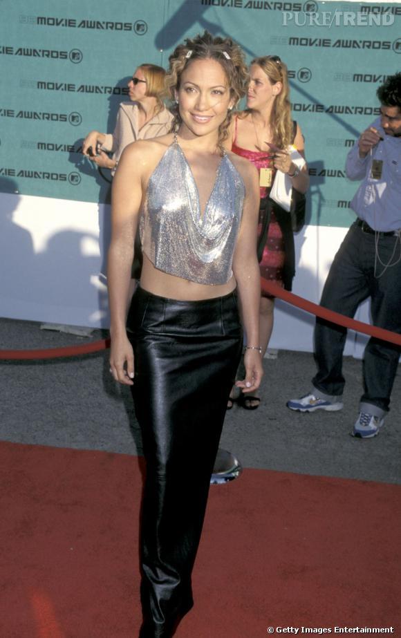 """Le pire """"ventre nu"""" : c'est ce qu'on appelle le suicide vestimentaire des années 2000. L'opération jupe en skaï et top court irisé est un raté."""