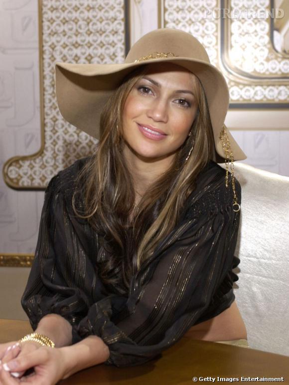 """Le meilleur """" chapeau """" :   la capeline beige glamourise une tenue. On aime l'association de la chaîne dorée autour du chapeau et de la blouse aux rayures irisées. Top."""