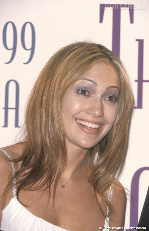 """Le pire """" beauty look """" :   le fard à paupières violet jusqu'aux sourcils et le rouge à lèvres bronze ne font visiblement pas bon ménage sur le minois de J.Lo."""