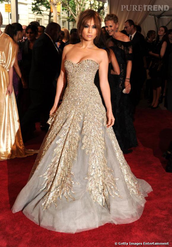 """Le meilleur """" red carpet """" :   impériale, Jennifer Lopez nous ravit dans cette robe volumineuse en tulle et rebrodée de sequins. Tout simplement parfaite."""