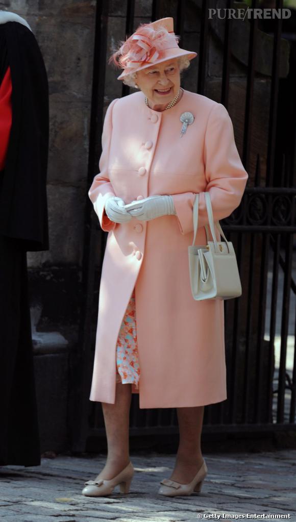 La Reine Elizabeth II a choisi le rose poudré pour parfaire son allure d'Altesse Royale.