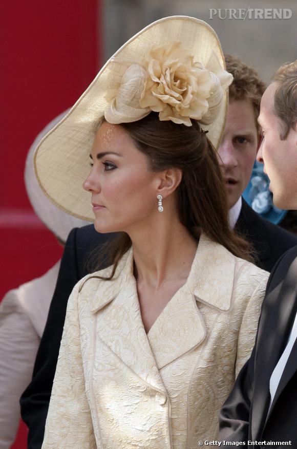 La jeune femme a misé sur un chapeau serti d'une fleur pour orner sa chevelure brune.