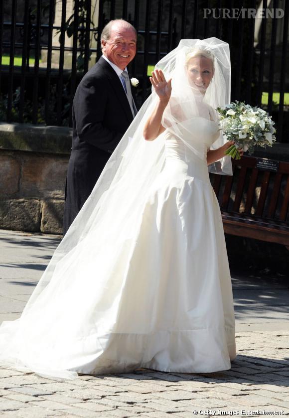 Zara Phillips, radieuse dans une robe meringuée, au bras de son père, le Capitaine Mark Phillips.