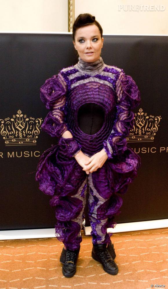 Avant-gardiste et futuriste, Björk pourrait rejoindre les Black Eyed Peas vêtue de la sorte.