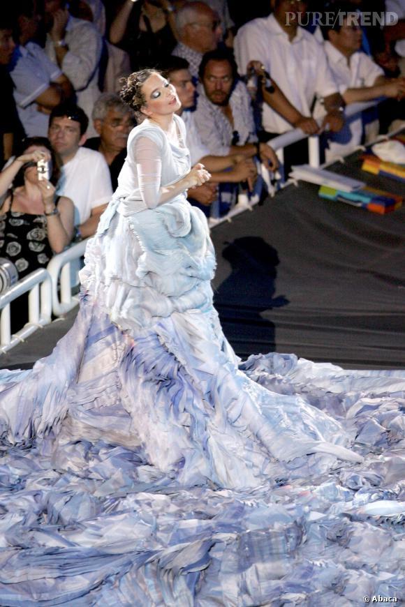 Pour les J.O de 2004, Björk se mue en océan dans une robe au jupon de soie interminable.