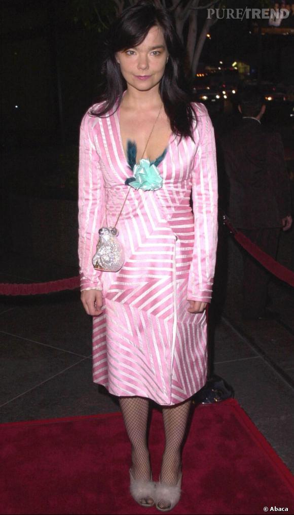 A ses débuts, Björk se fait timide et arbore des robes colorées, mais sans âme excentrique. On décèle tout de même un fort potentiel mode.