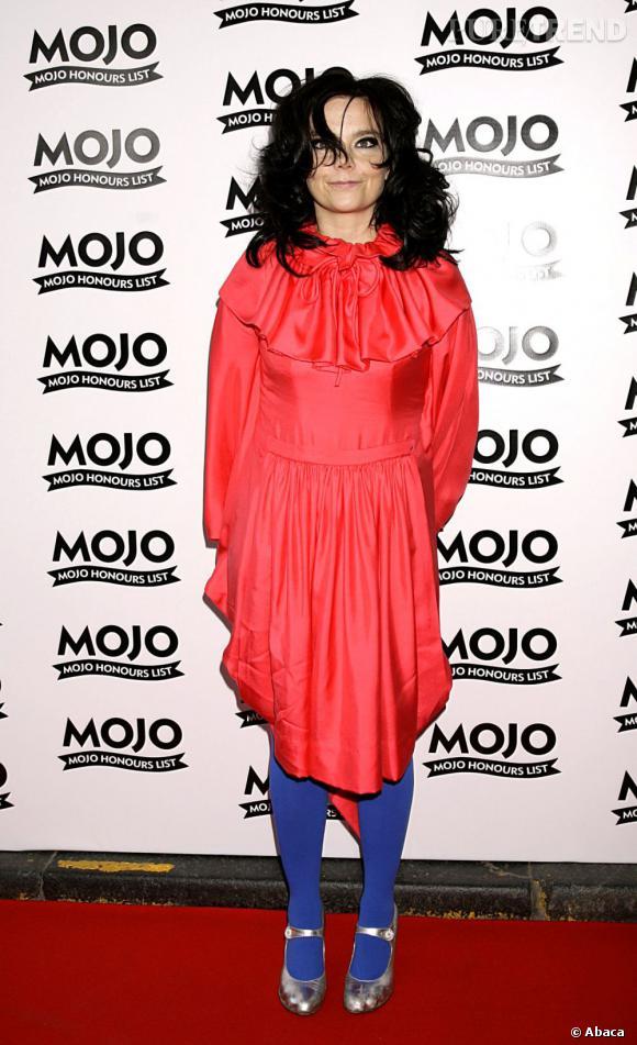 Le choc des couleurs, la chanteuse n'en a pas peur : collants bleu électriques et robe rouge font bon ménage pour l'icône de la mode.