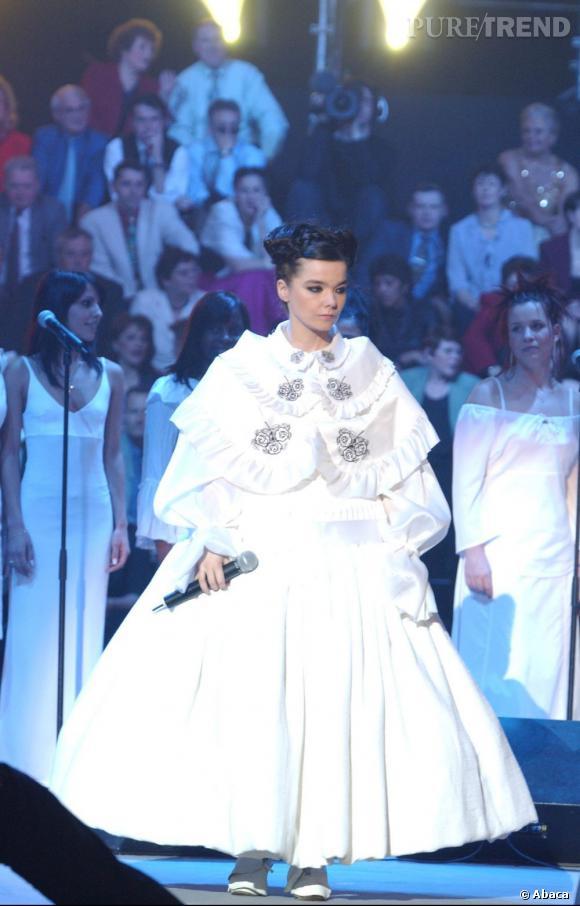 Inspiration Pierrot pour cette robe blanche au col claudine, qui rappelle l'une des tenues que Lady GaGa a récemment porté sur le red carpet.