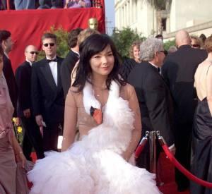 Avant-gardiste, l'Islandaise ose le tutu en robe-cygne sur le red carpet du Festival de Cannes 2000.