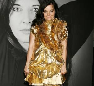 En robe lamée Givenchy, Björk garde la main légère. Pour elle, ce style est à la limite du minimal.