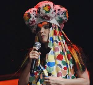 Sur scène, la chanteuse expérimente les musiques comme elle expérimente les looks. Le déguisement fait partie intégrante de son show.