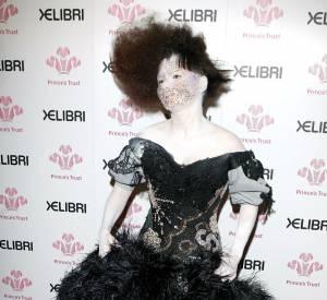 Méconnaissable, Björk s'inscrit dans un style vestimentaire proche de celui du fantôme de l'Opéra.