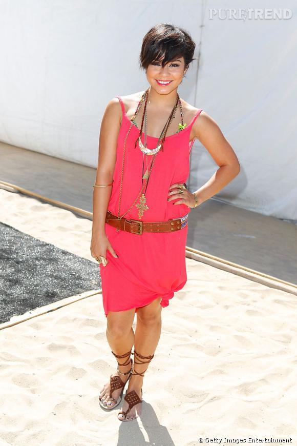 """Vanessa Hudgens, colorée dans une robe rose fuchsia pour le concours de mode """"Hurley Walk"""" à Los Angeles."""