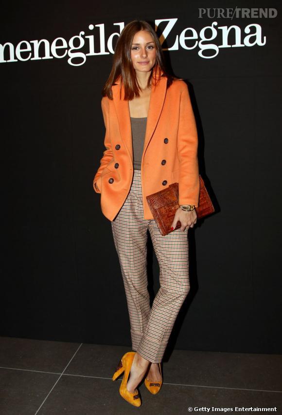 Carrot pant à carreaux, blazer orange et escarpins Kurt Geiger, Olivia excelle au niveau de la coordination des couleurs.