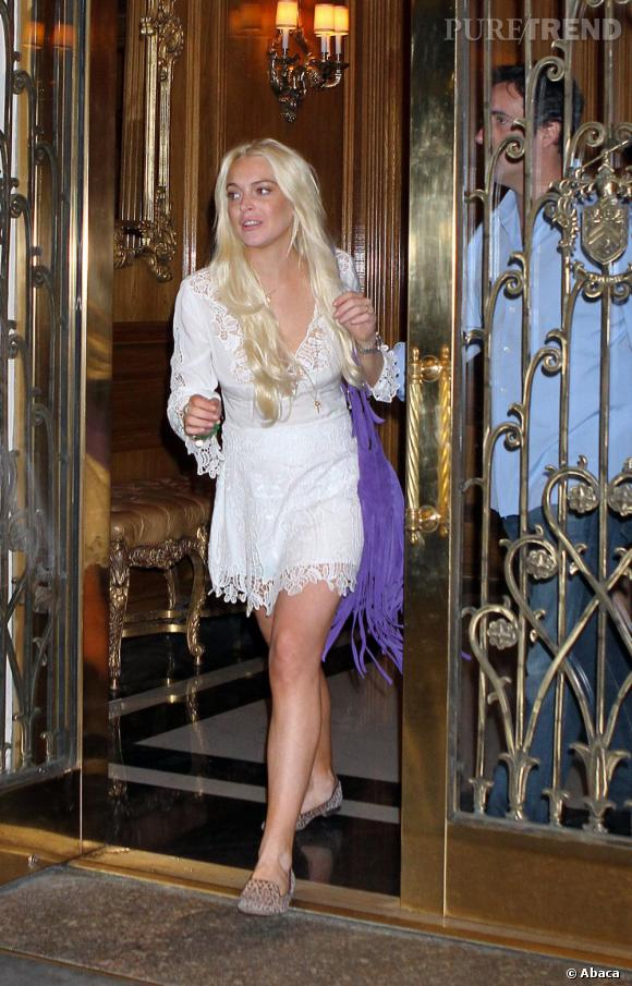 Lindsay, attentive aux tendances, opte pour une robe en dentelle et un sac à franges.