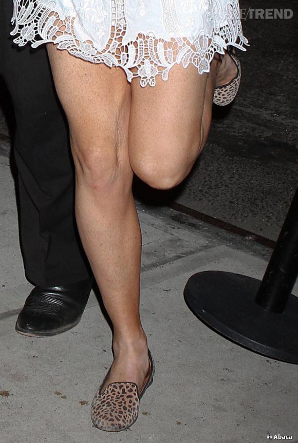 Pour dédramatiser le côté sexy de sa robe, elle enfile une paire de mocassins léopard.