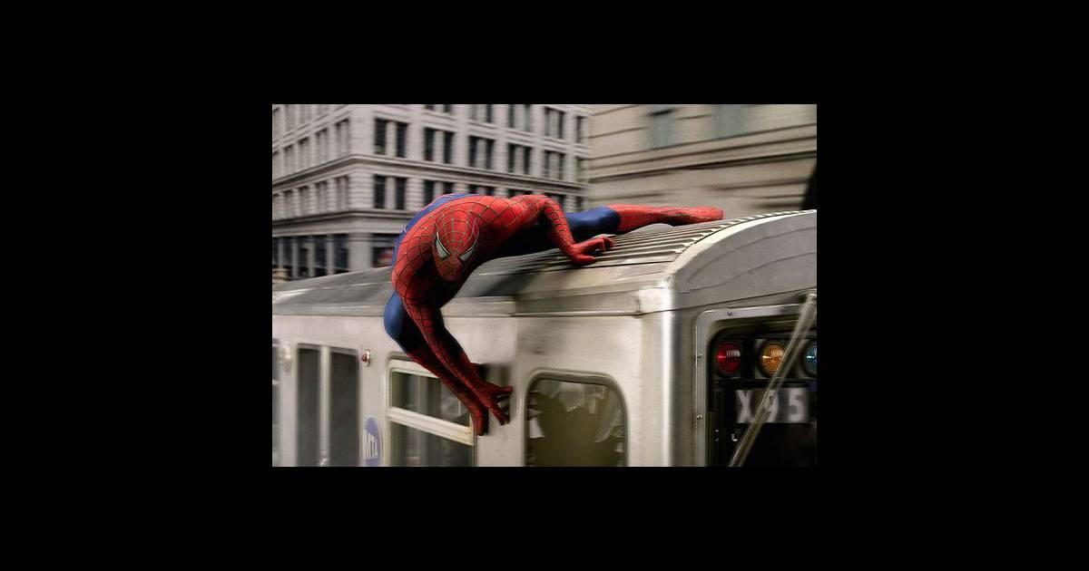 Le super h ros spiderman son look tr s moulant l 39 homme araign e est v tu d 39 une combinaison - Araignee rouge dangereux pour l homme ...