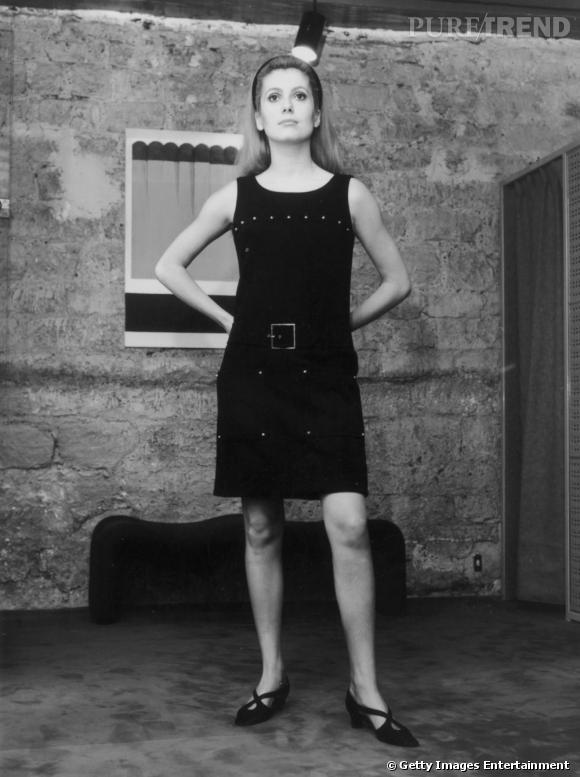 Chez nous, les actrices les plus en vue des 60's suivent la tendance, à l'image de Françoise Hardy ou comme ici Catherine Deneuve.