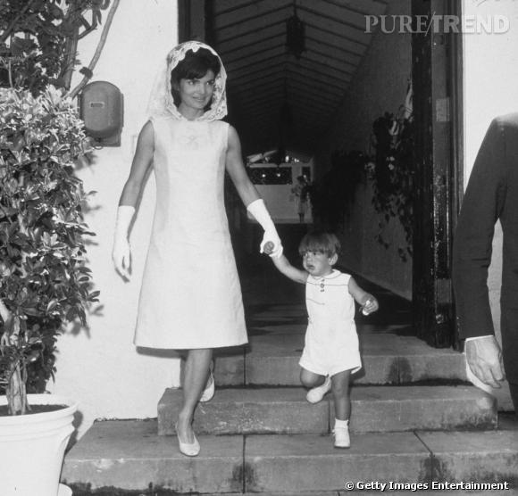 Icône du chic, Jackie Kennedy brille par ses looks minimalistes et bien orchestrés. Elle adopte également la robe chasuble mais plus longue, étiquette oblige.