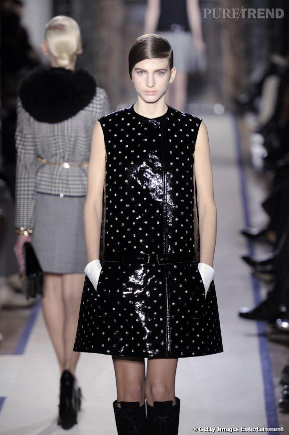 Stefano Pilati fait revivre le swinging London pour Yves Saint Laurent avec une robe minimaliste version PVC.