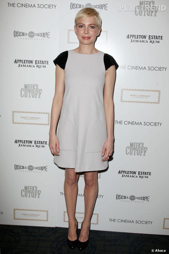 Coupe garçonne et silhouette androgyne, avec ses airs de femme enfant Michelle Williams arbore comme personne le style Twiggy made in Chanel.