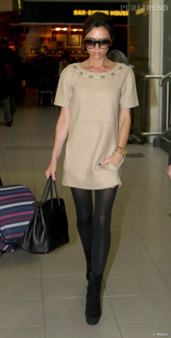 Frileuse, la britannique Victoria Beckham adopte la robe minimaliste avec une paire de collants.