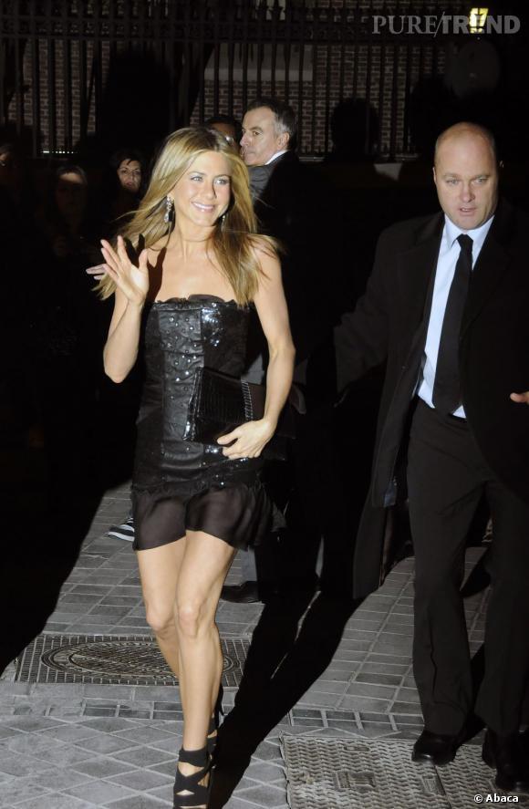 Robe de soirée pailletée légèrement transparente, Jennifer Aniston sort le grand jeu sans prise de risque. Ses accessoires restent noirs et ses bijoux étincelants.