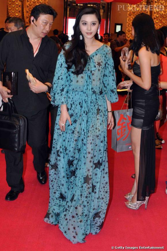 Fan Bingbing, en longue robe vaporeuse Dolce & Gabbana pour les Awards du magazine New Weekly.