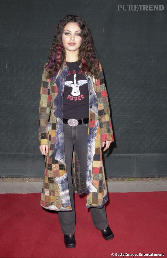 Début des années 2000, l'actrice est en pleine expérimentation. Si on tolère les mèches colorées, on a un peu du mal avec les chaussures à bouts carrés et le long manteau patchwork.