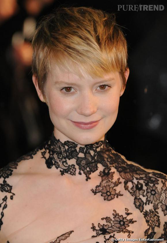 Après avoir incarné Alice aux pays des merveilles au cinéma,  Mia Wasikowska  troque ses longues boucles pour une coiffure cheveux blonds courte, façon garçonne.
