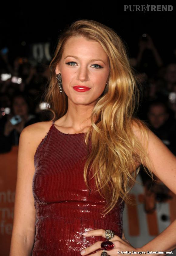Blake Lively  choisit elle de garder ses cheveux longs, qu'elle porte ondulés et sur l'épaule, tendance  side-hair .